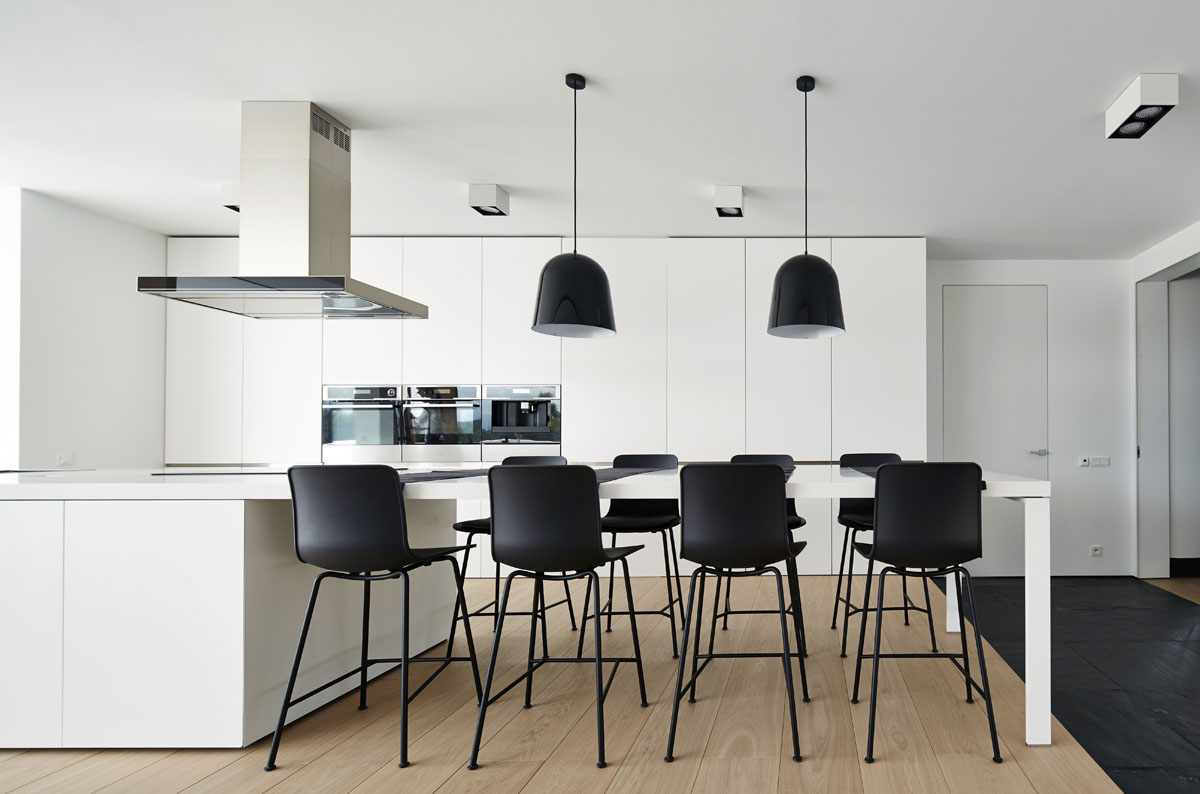 Black And White Kitchen - 4 ultra luxurious interiors decorated in black and white