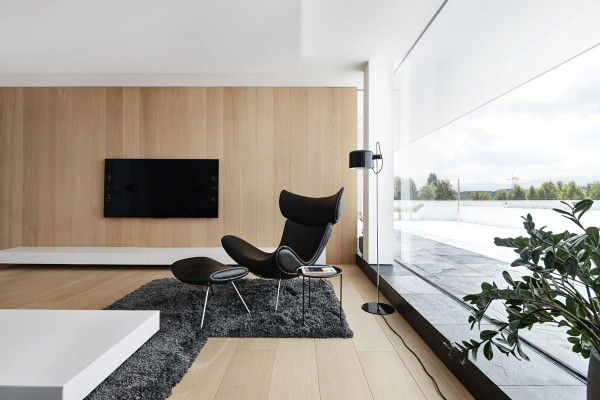 Forgoing extra ornamentation, every object in the house contributes – each piece is pleasing on its own and serves a purpose. Here, the attractive Imola Chair by Henrik Pederson offers up an exquisite view of the landscape. It looks like the perfect place to calm the mind and let the stress melt away.