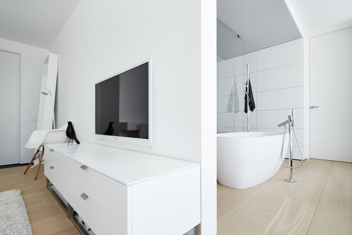 Modern Bedroom Bathroom - 4 ultra luxurious interiors decorated in black and white