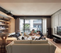 Tailored to the needs of a delightful young couple, Made Go Design made sure to provide this interior with a wealth of comfortable details. The family room features warm and lively colors, luxurious yet practical materials, and designer furniture perfectly coordinated with the built-in elements.