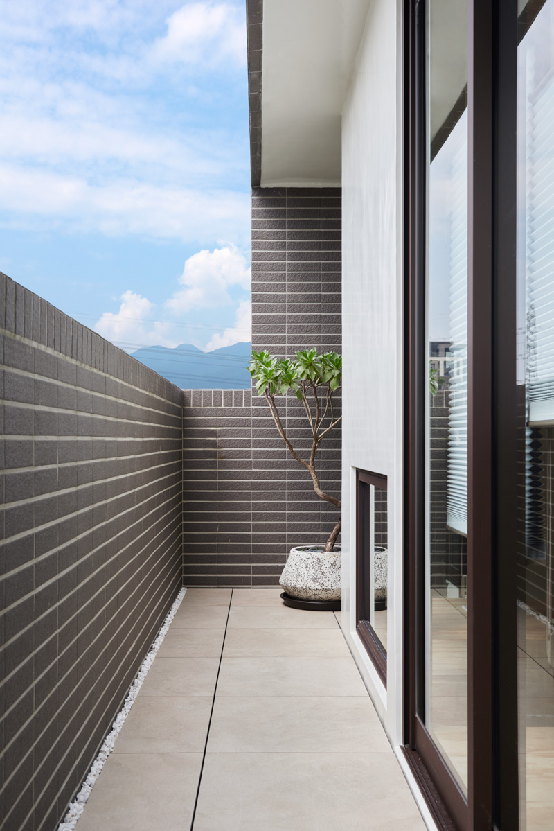 Modern Asian Patio - An incredibly compact house under 40 square meters that uses natural decor