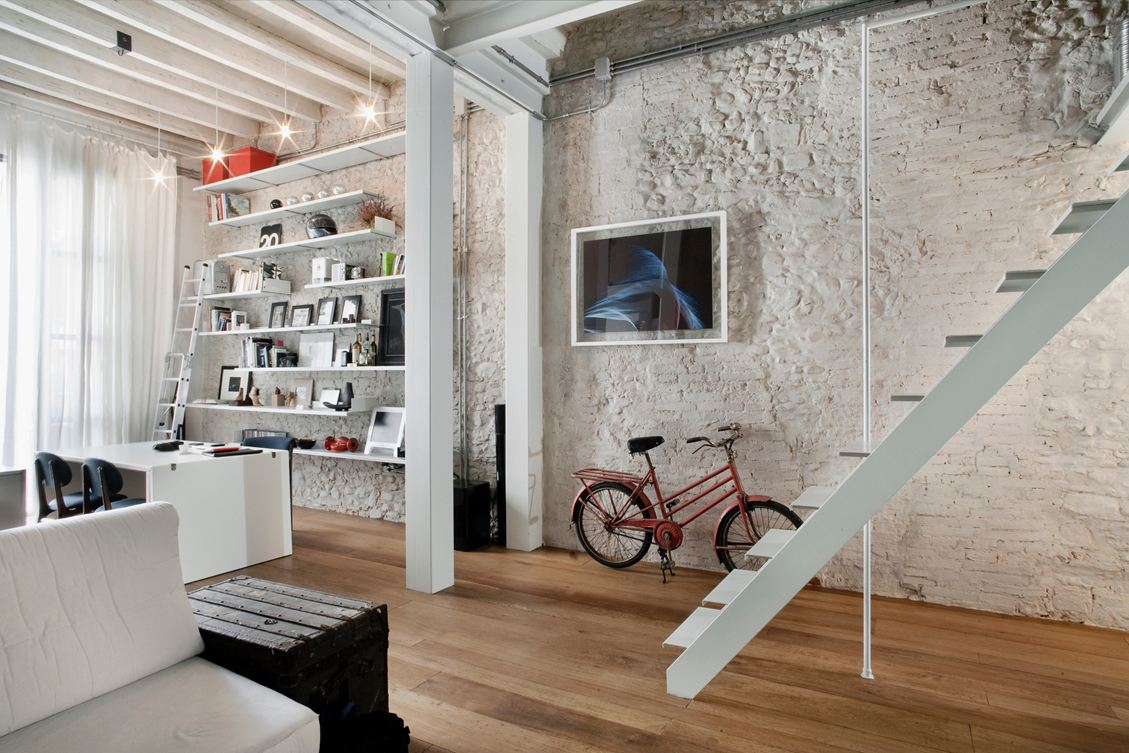 Stylish exposed brick wall lofts - Maison peinte en gris ...