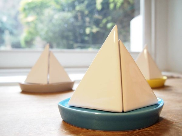 Stylish and discreet, this sailboat hides its salt and pepper shaker holes on the side of the inner face, so it looks like a nice ceramic decoration when not in use.