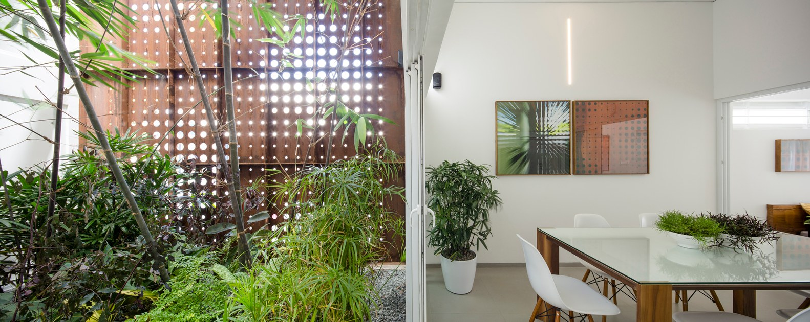 Atrium Design And Decoration Of A Gorgeous Home Split By A Covered Garden Atrium