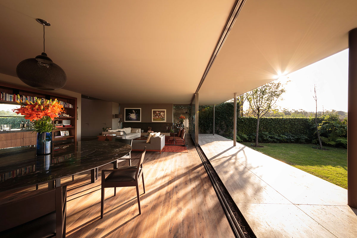 Modernist Indoor Outdoor Living - An atmospheric approach to modernist architecture in mexico