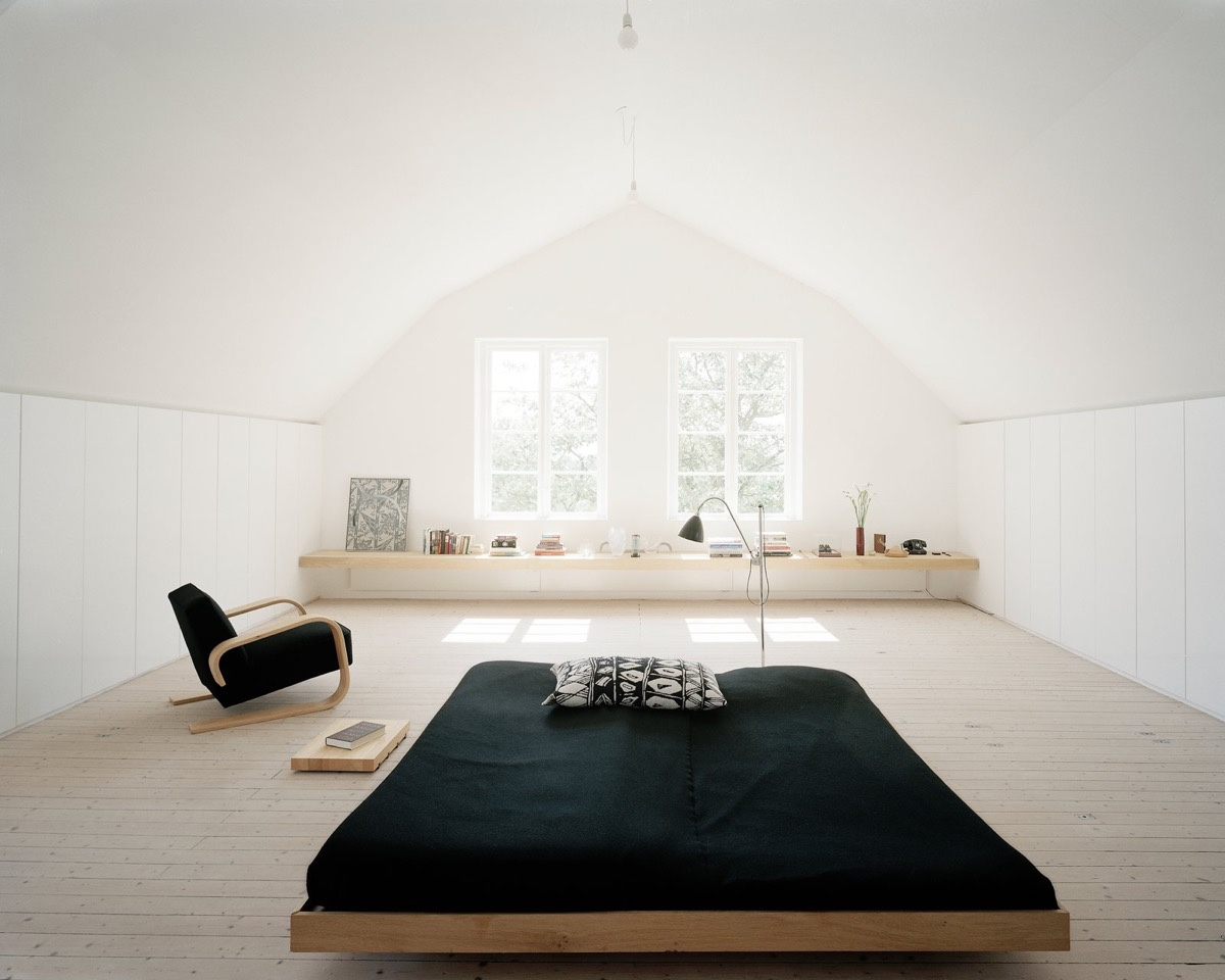White Attic White Windows Window Seat Black Bed - 25 amazing attic bedrooms that you would absolutely enjoy sleeping in