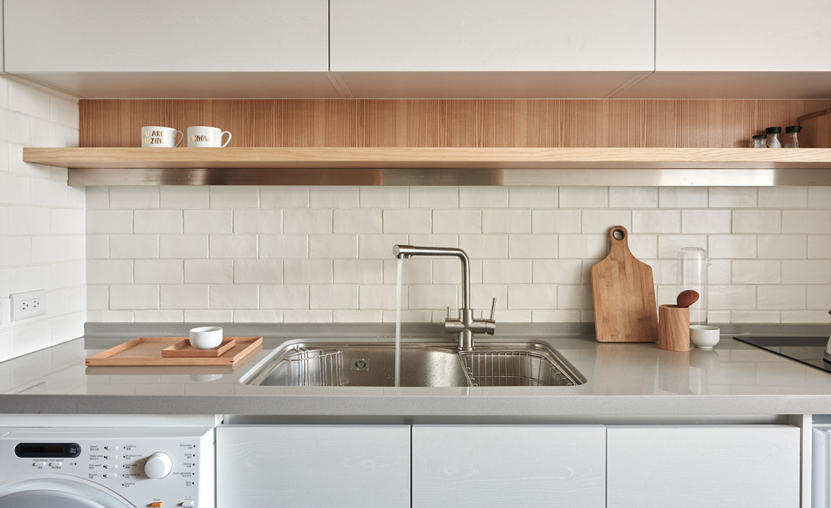 http://cdn.home-designing.com/wp-content/uploads/2016/09/kitchen-with-subway-tile-and-wood-accents.jpg