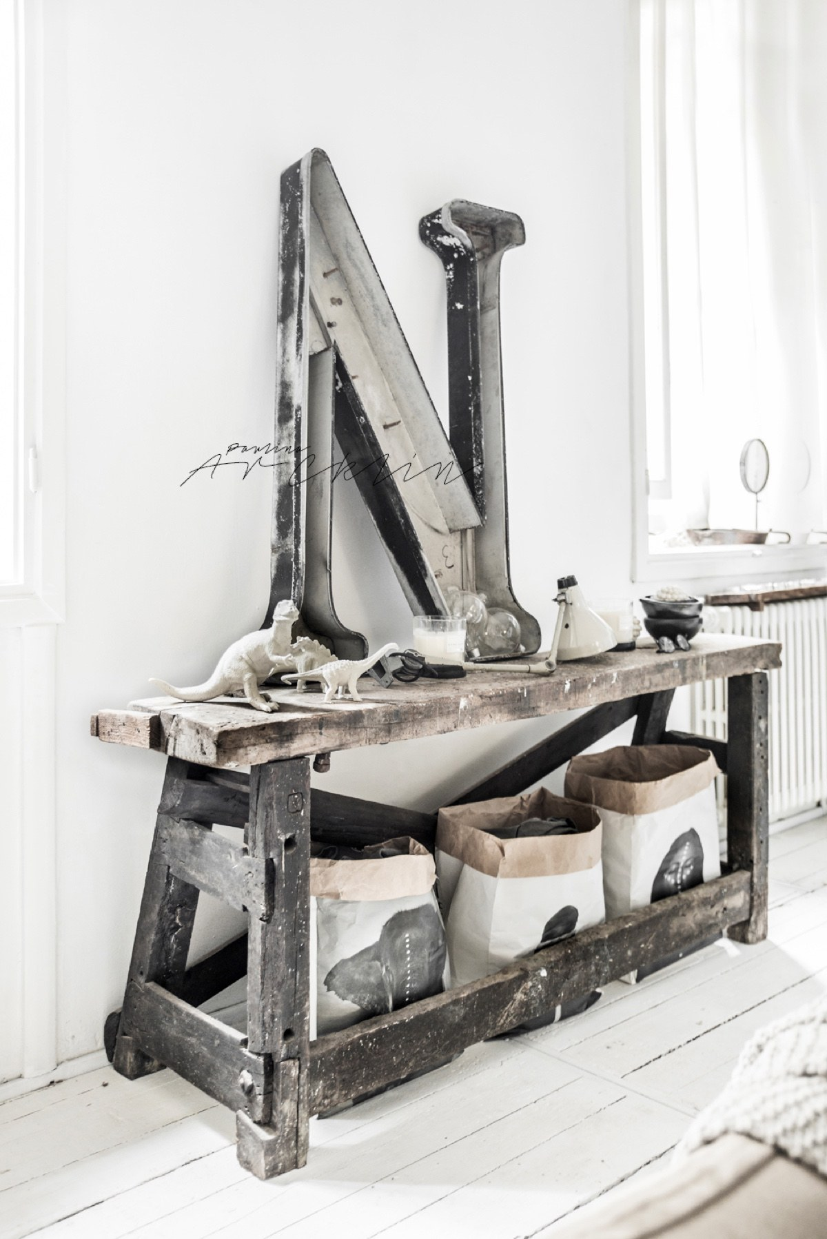 Worn Workbench As Home Decor - Cottage chic meets industrial decor in this amazing milan apartment