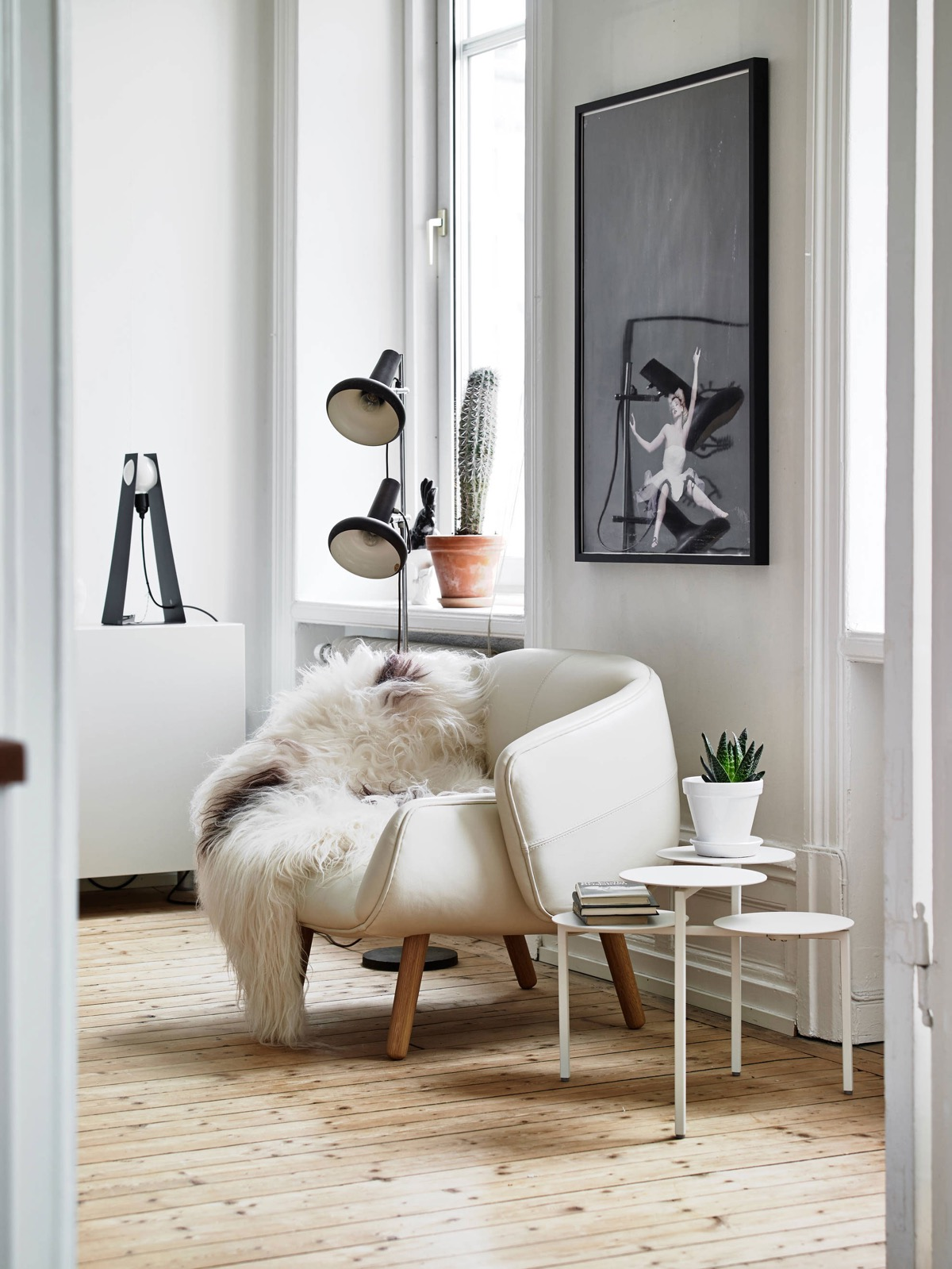 White Circular With Fur Comfortable Chairs For Reading - 50 best reading nooks we have ever come across