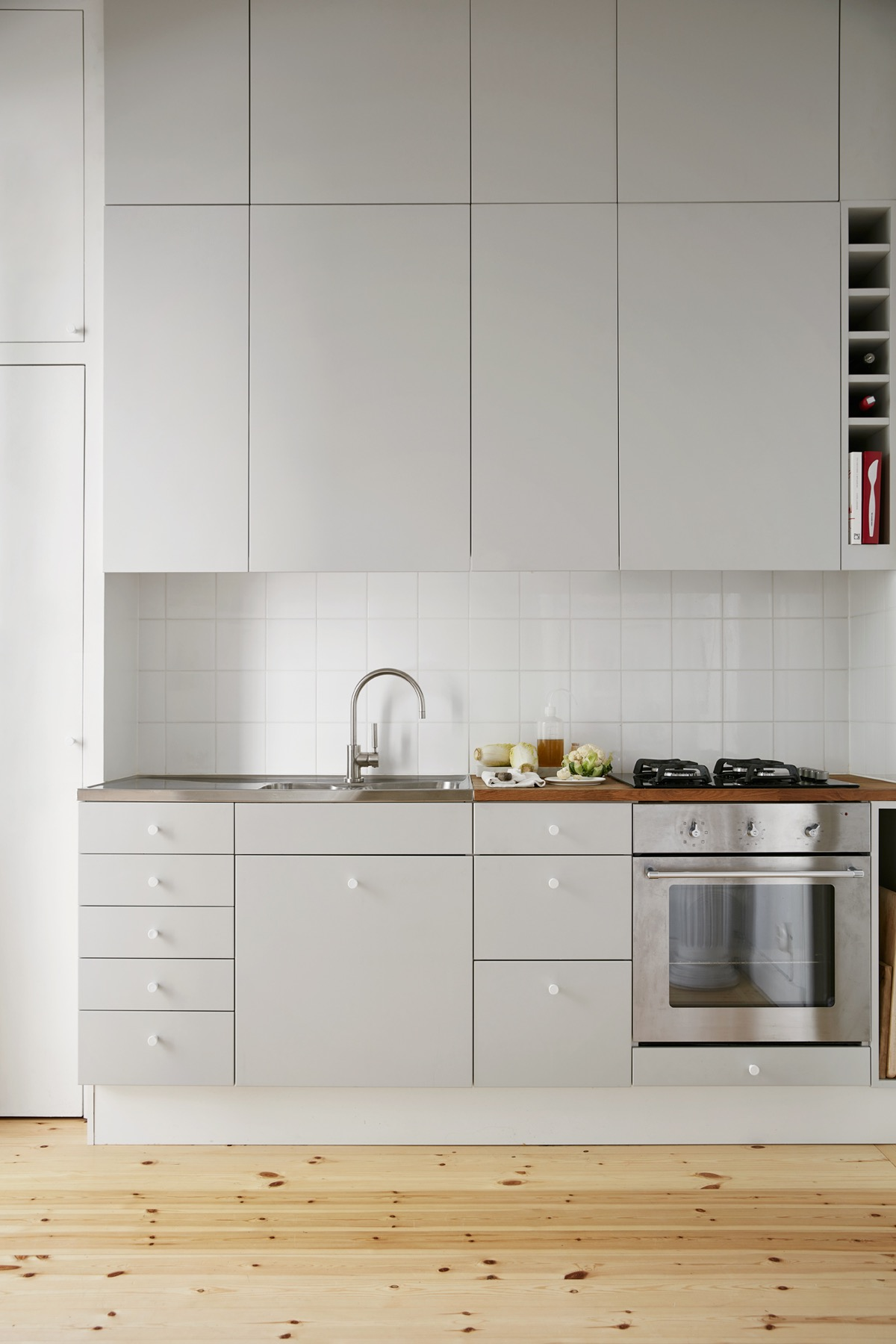 Gorgeous Grey And White Kitchens That Get Their Mix Right - Light grey kitchen cupboards