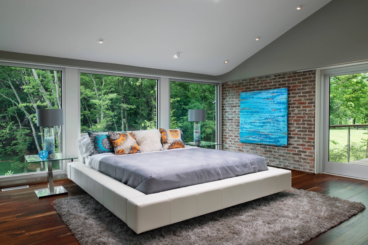 Low Futon Bed Exposed Brick Bedroom - Bedrooms with exposed brick walls