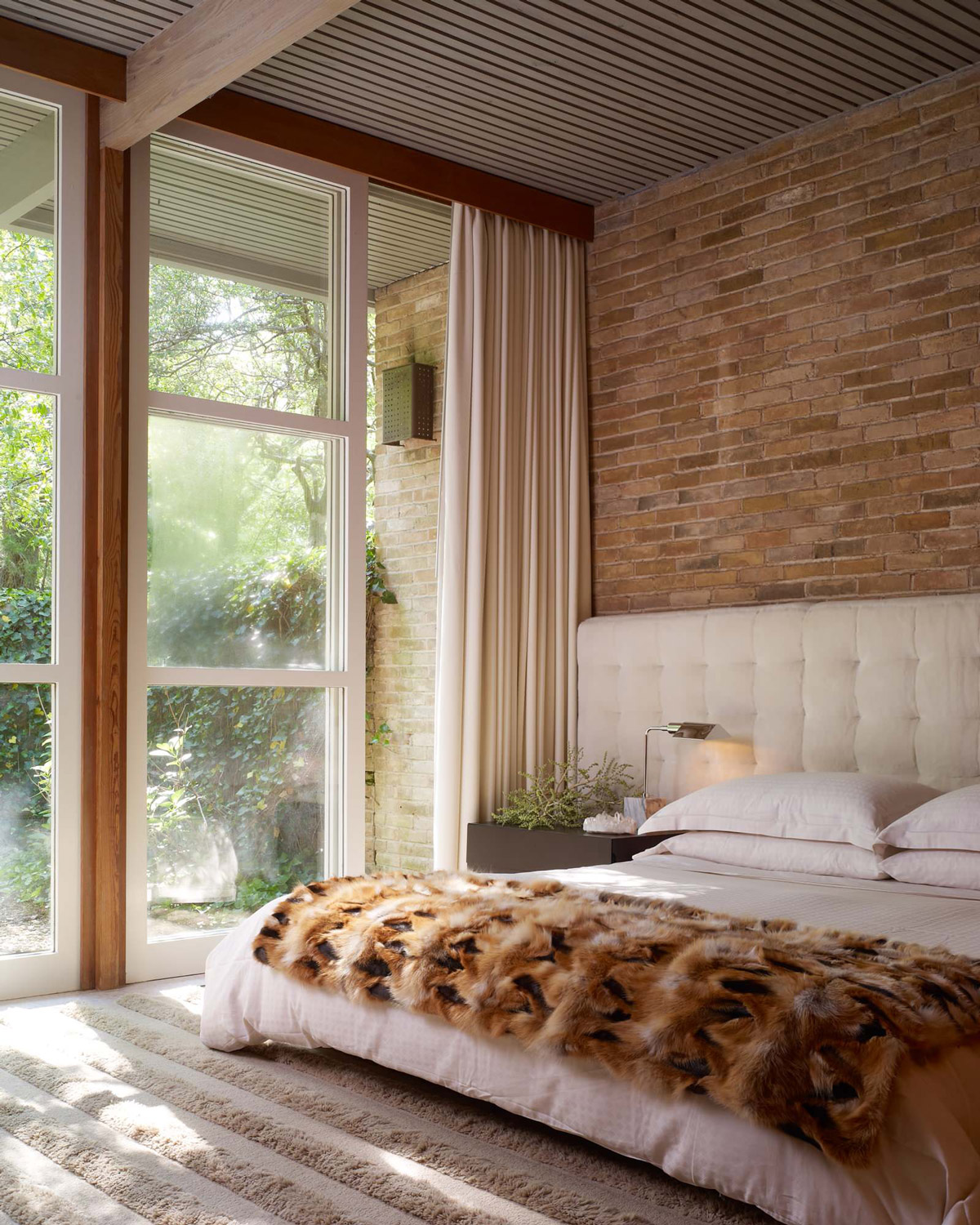 Mid Century Exposed Brick Bedroom - Bedrooms with exposed brick walls