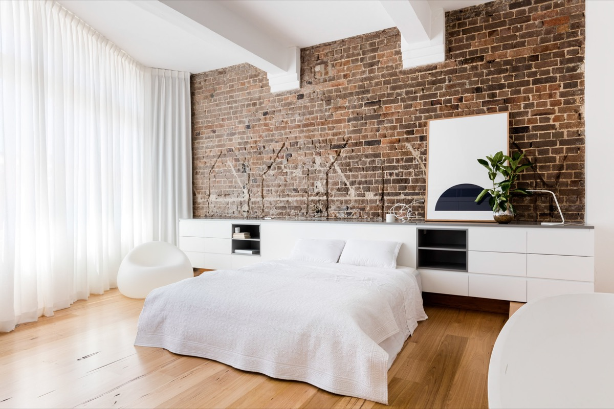 Simple Minimalist Exposed Brick Bedroom - Bedrooms with exposed brick walls