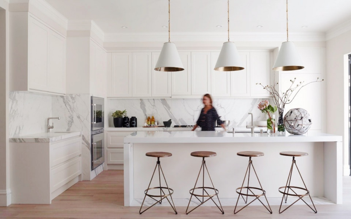 30 modern white kitchens that exemplify refinement for Modern kitchen lighting design