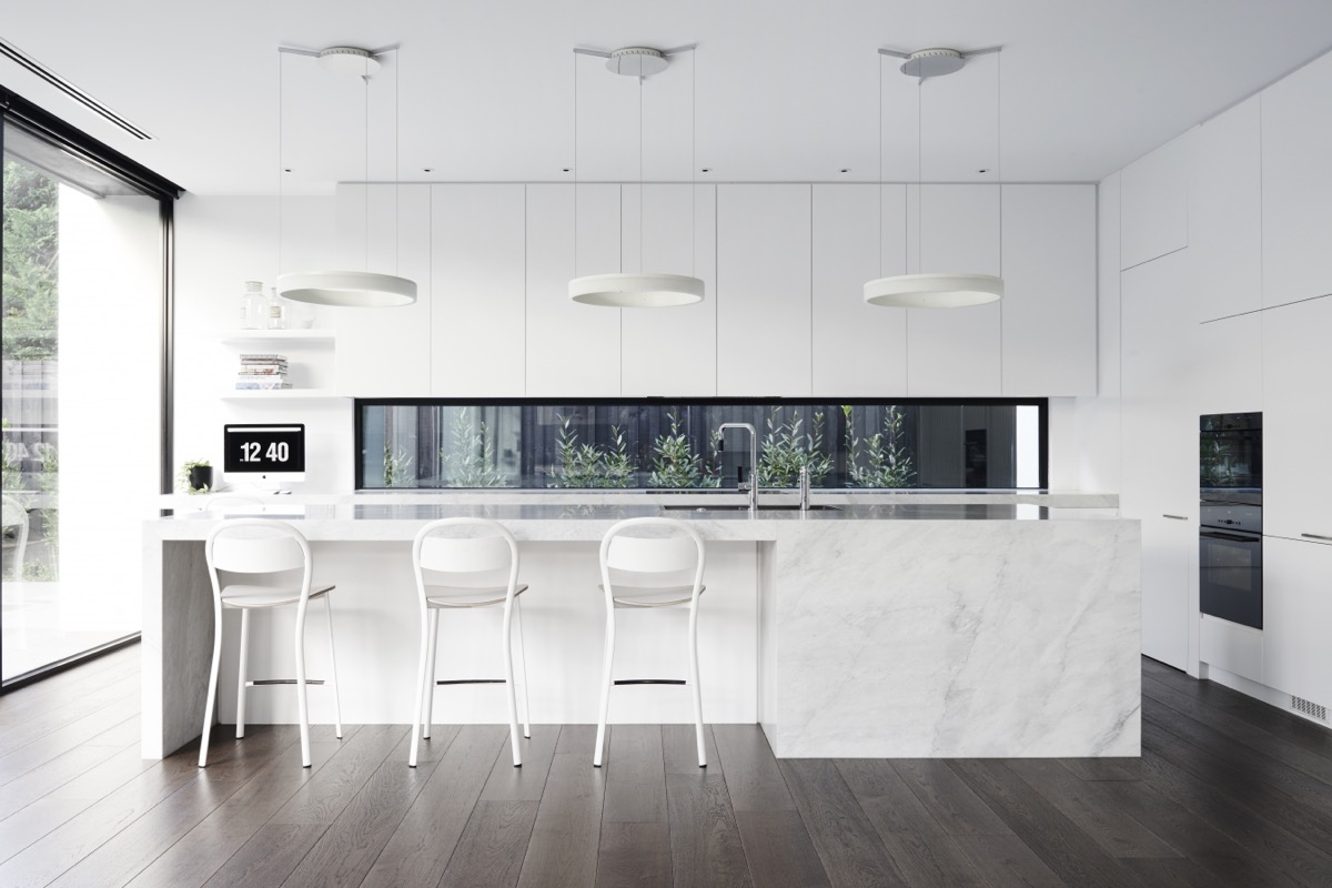 30 modern white kitchens that exemplify refinement for Fenetre cuisine