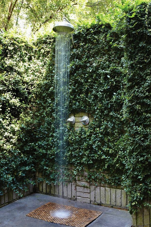 Rainforest Ivy Outdoor Shower Ideas - 50 stunning outdoor shower spaces that take you to urban paradise
