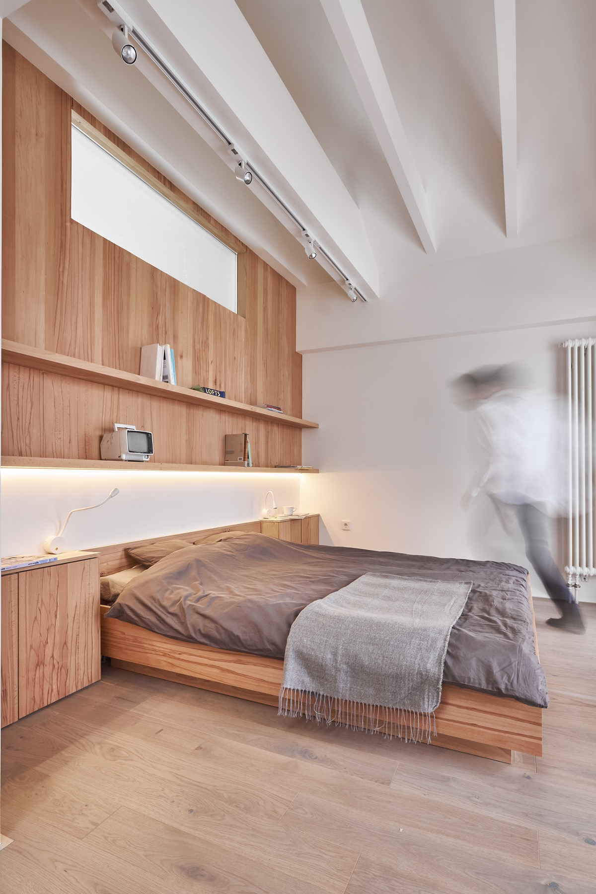 A white and wood house for a stylish family for Clean bedroom designs