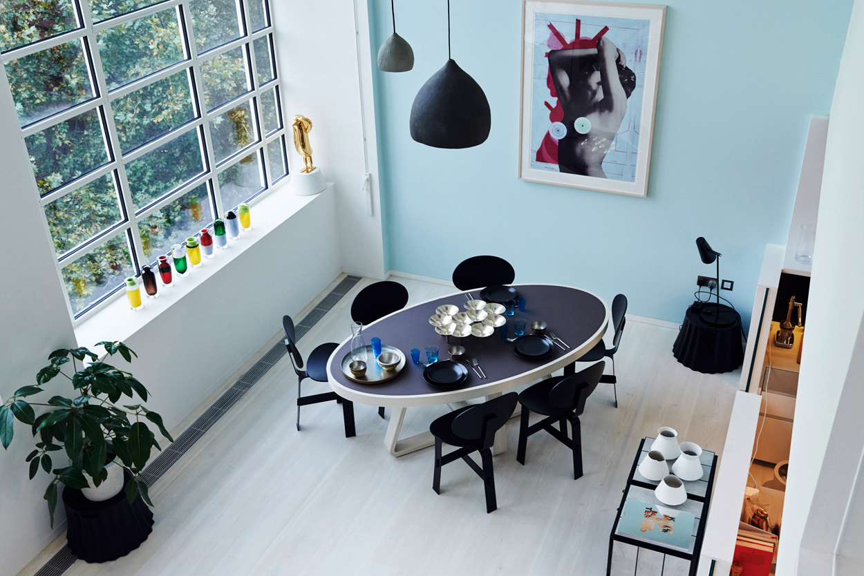 Black Dining Table - 4 chic homes that utilize lofted spaces