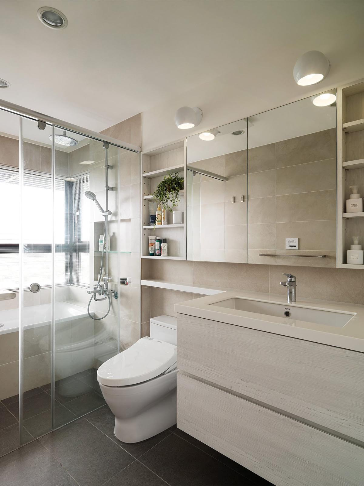 Completely White Apartment With Dominant Central Home Office images 24
