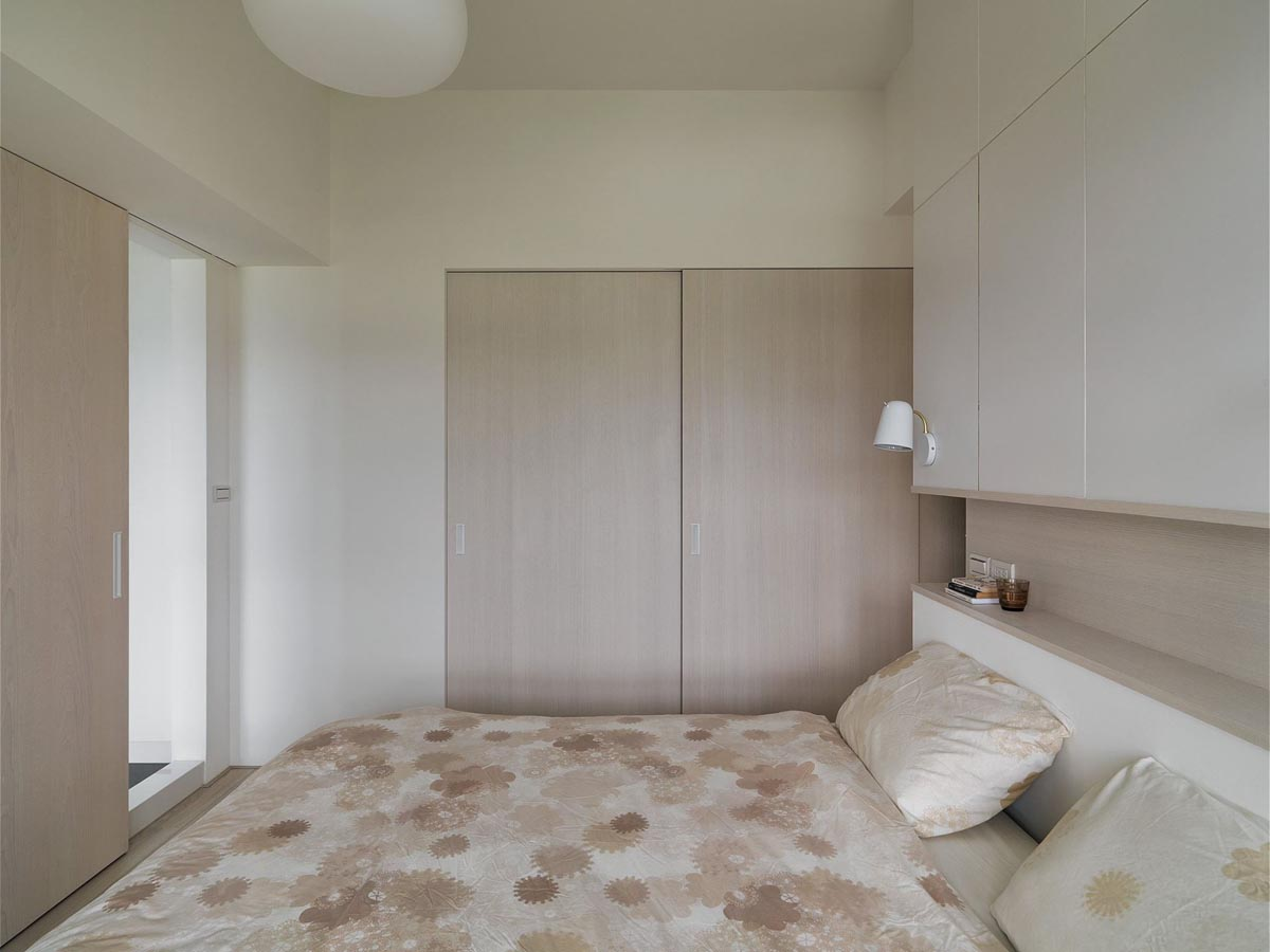Completely White Apartment With Dominant Central Home Office images 23