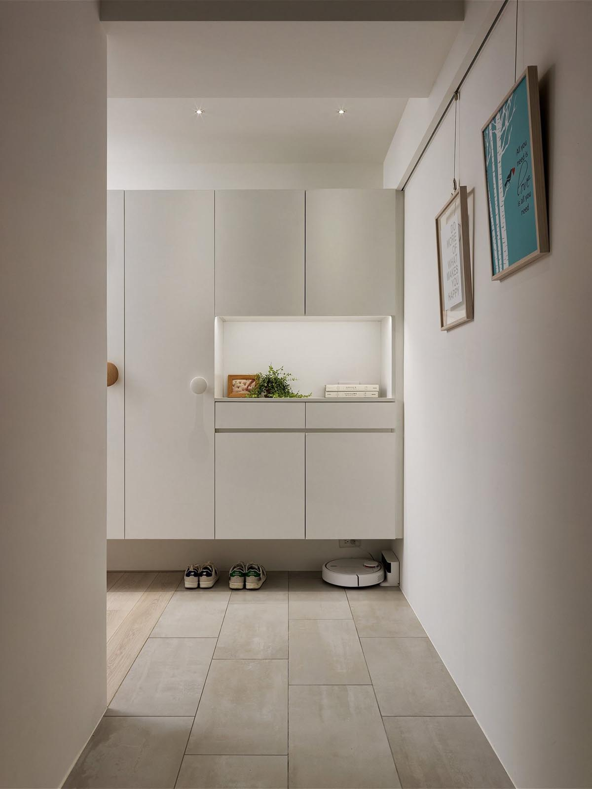 Completely White Apartment With Dominant Central Home Office images 16