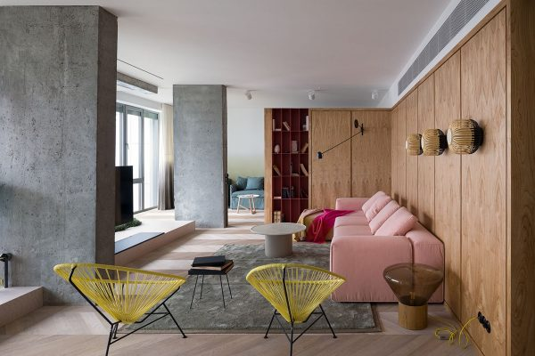 Starting in the living room we get a flavour of the 1940s colour clash right off the bat a coral pink upholstered sofa sits in the same space as two