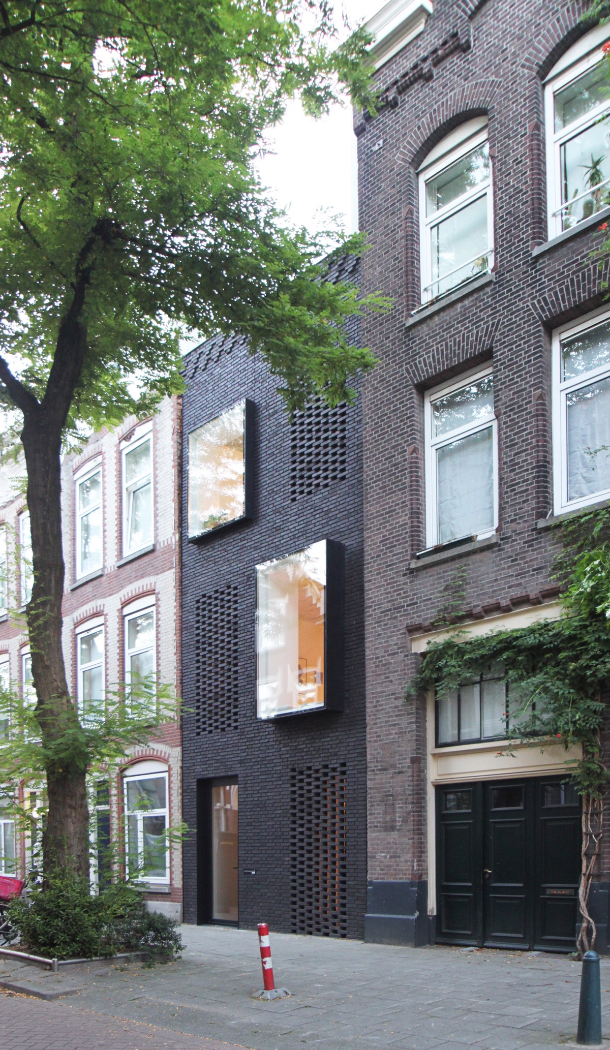 50 Narrow Lot Houses That Transform A Skinny Exterior Into Something Special images 47