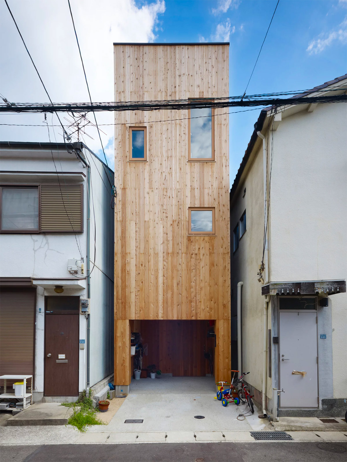 50 Narrow Lot Houses That Transform A Skinny Exterior Into Something Special images 48
