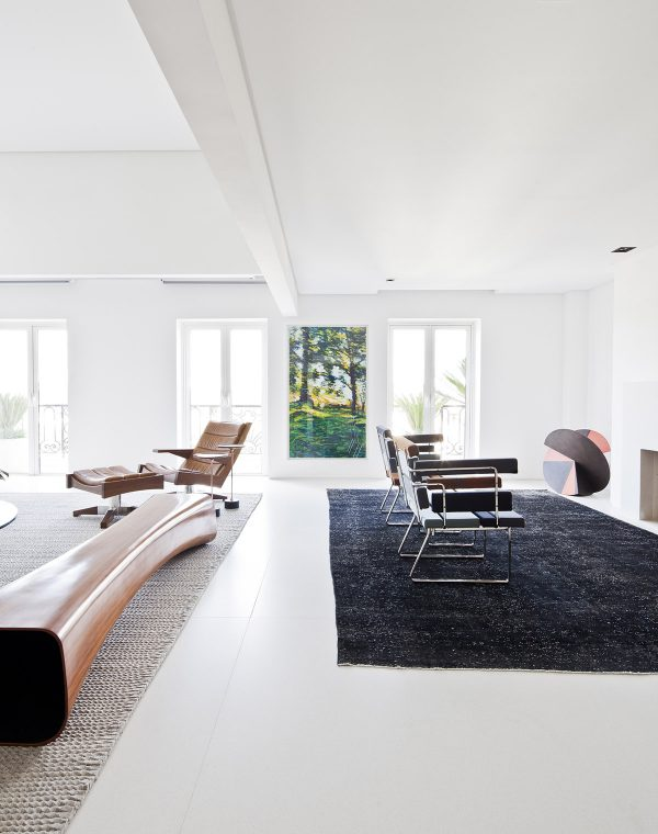 Charmant A Black Rug Defines A Second Set Of Chairs As An Individual Sitting Area.