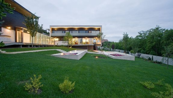 Modern Home Design Maximises On Botanical Park Views