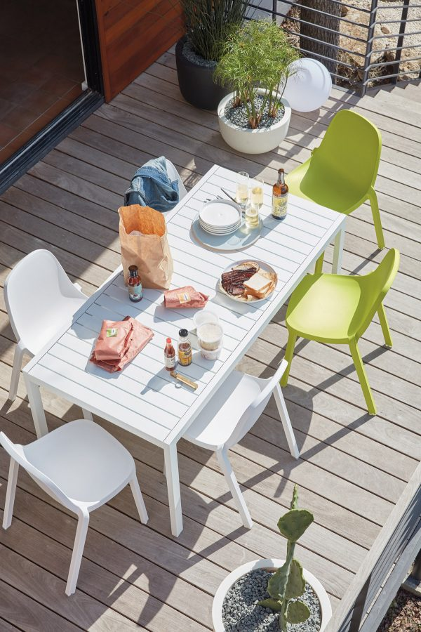 51 Outdoor Dining Tables That Will Wow Your Dinner Guests