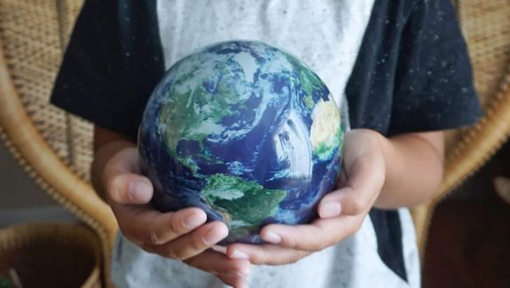 Product Of The Week: Awesome Globes That Rotate By Themselves