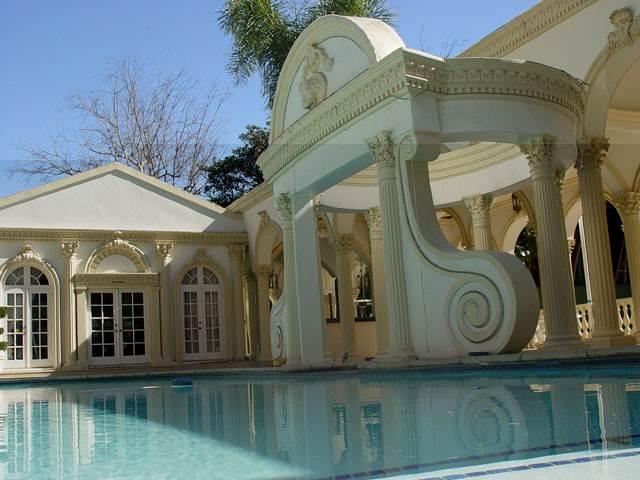 desain kolam renang rumah shahrukh khan