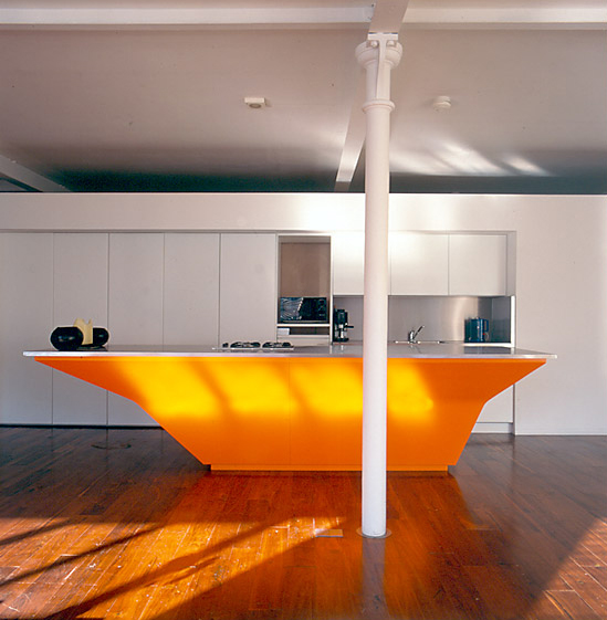 ein em-orange-Küche-Insel
