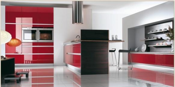 Весьма оригинально выглядят частично красные кухни: например...