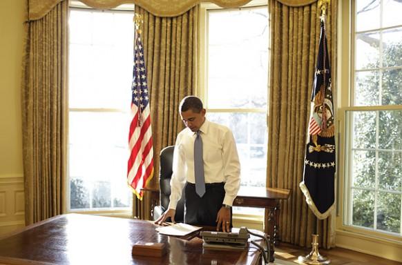 obama an seinem Schreibtisch