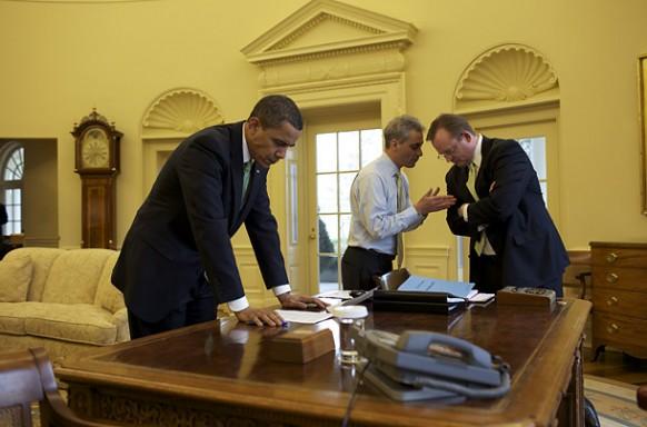 obama bei der Arbeit im oval office