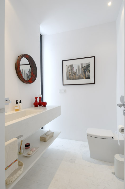 breathtaking all white bathroom | Beautiful All White House With Pool