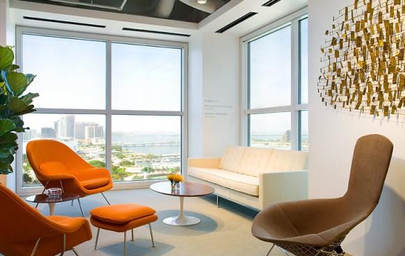 orange-Stühle im Wohnzimmer