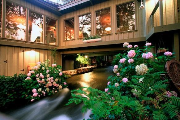 Haus durch Fluss