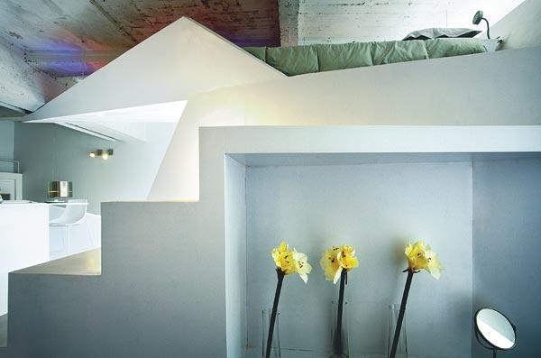 gelbe Blumen, weiße Treppen