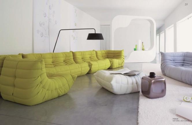 big Sofas im schlichten Wohnzimmer