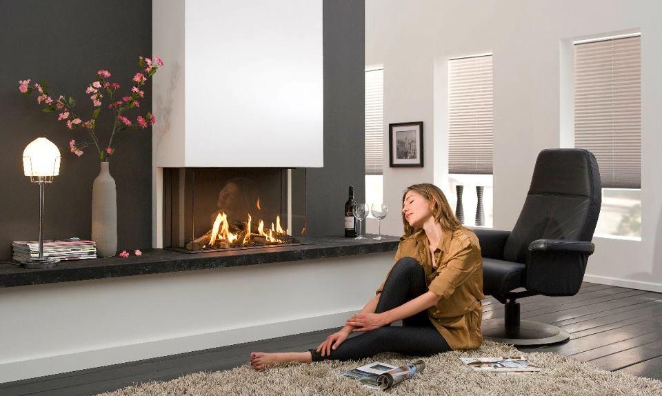 Black white living room fireplace | Interior Design Ideas.