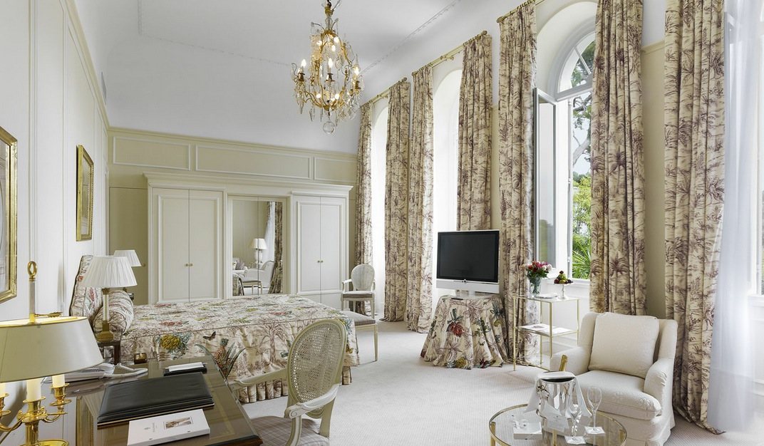 Traditional white floral bedroom design interior design for Vintage hotel decor