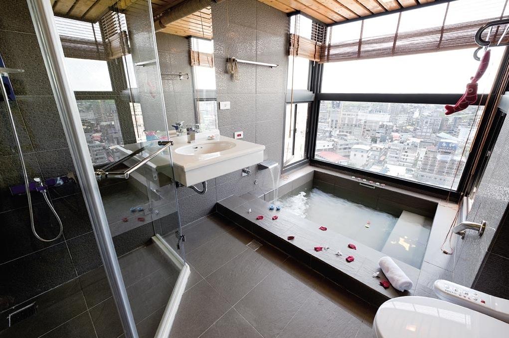Modern Bathroom With Large Tile