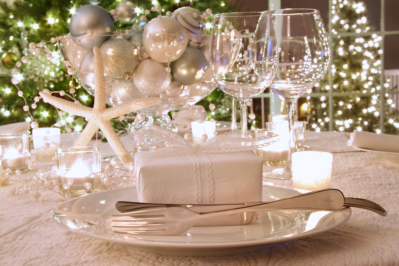 Resultado de imagen para white accessories for christmas centerpieces