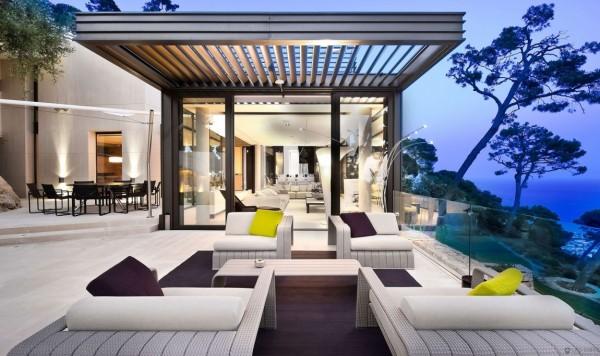 Chỉ cần một trong những không gian sống ngoài trời của biệt thự, sân thượng này nhìn ra Vịnh ngoài và cung cấp nhiều khu vực chỗ ngồi, trò chuyện và ăn uống.