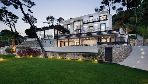 Chiếu sáng ngoài trời rực rỡ chiếu sáng Villa đẹp.
