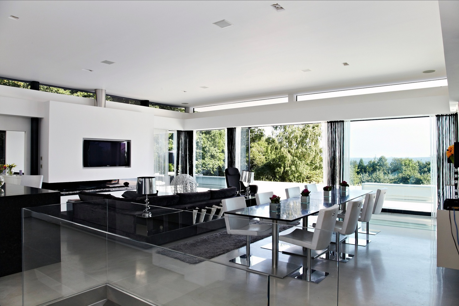 contemporary home open to panoramic views. Black Bedroom Furniture Sets. Home Design Ideas