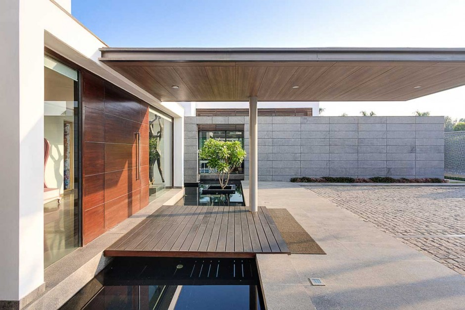 Modern moat contemporary new delhi villa with amazing courtyard and water features